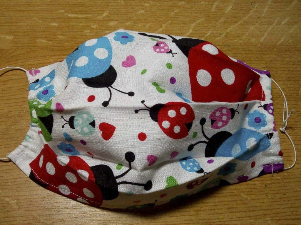 Hotové textilné rúško s gumičkou, na uchytenie okolo uší.