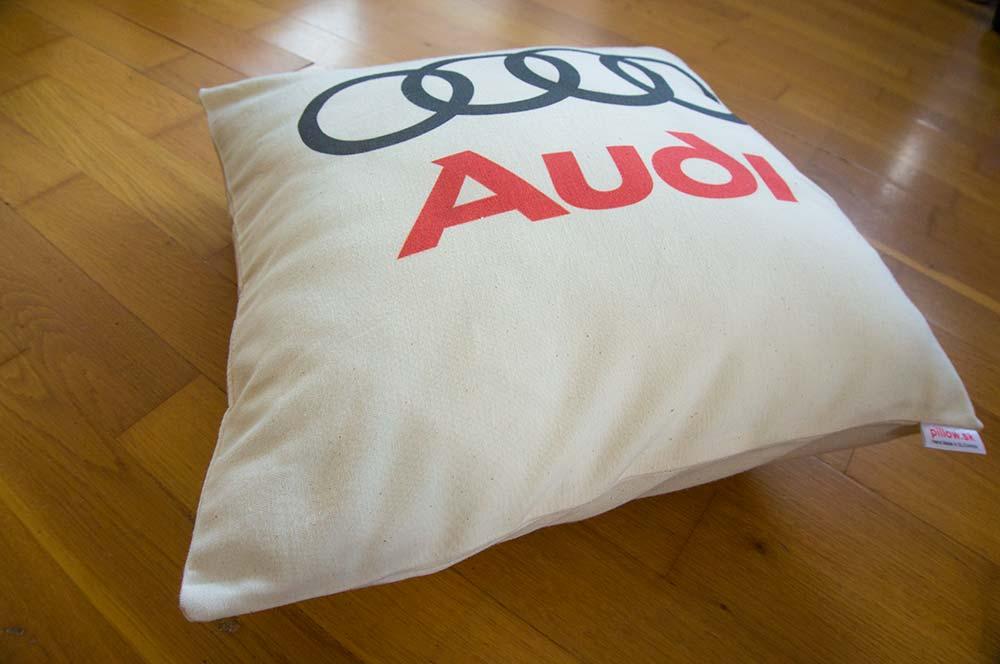 Dekoračný vankúš s logom Audi
