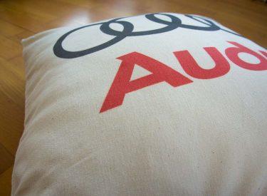 Vankúšik Audi z bielej bavlny