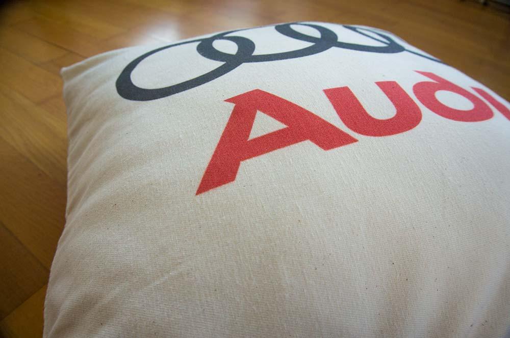 Dekoračný vankúšik s logom Audi