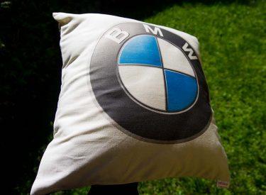 Vankúšik BMW z bielej bavlny