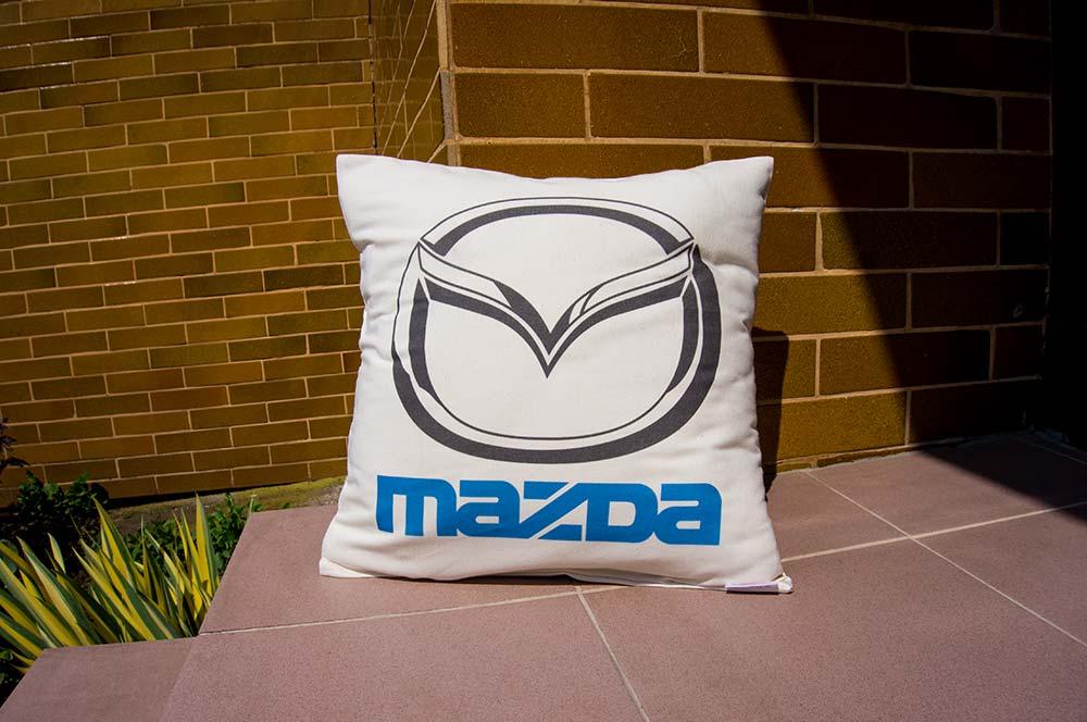 Dekoračný vankúšik s logom Mazda