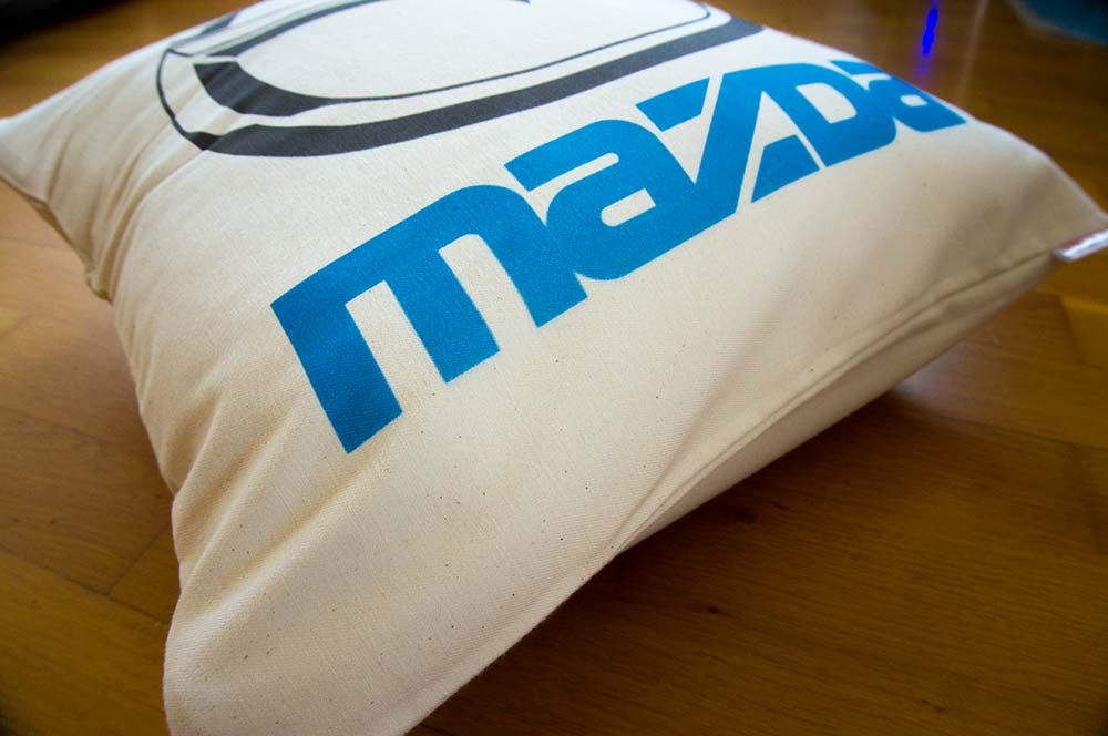 Dekoračný vankúš s logom Mazda