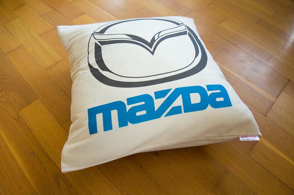 Bavlnený dekoračný vankúš s logom Mazda