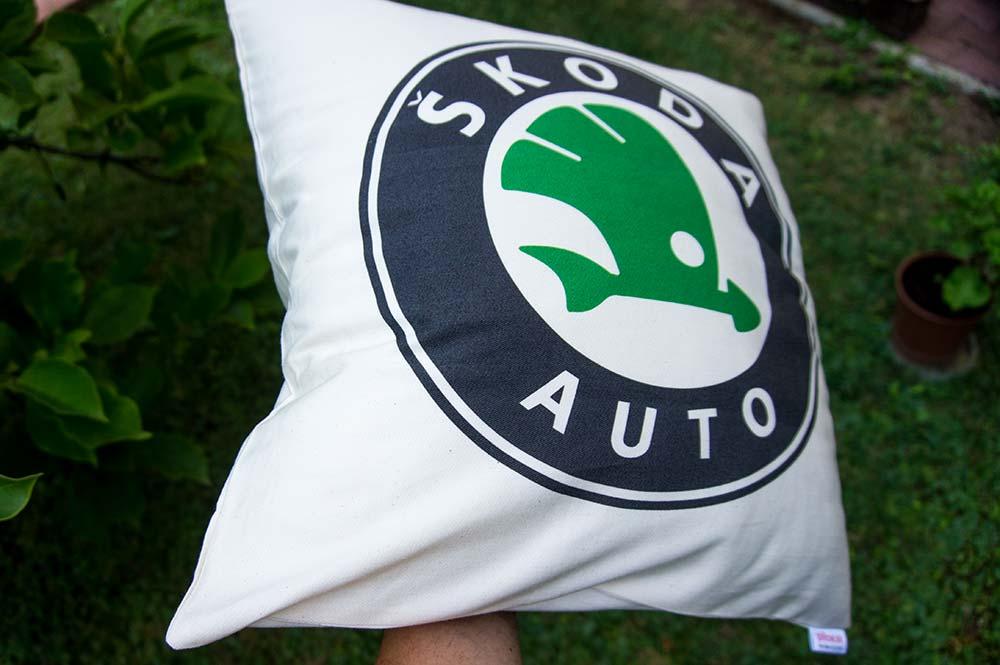 Vankúš so známym logom značky Škoda