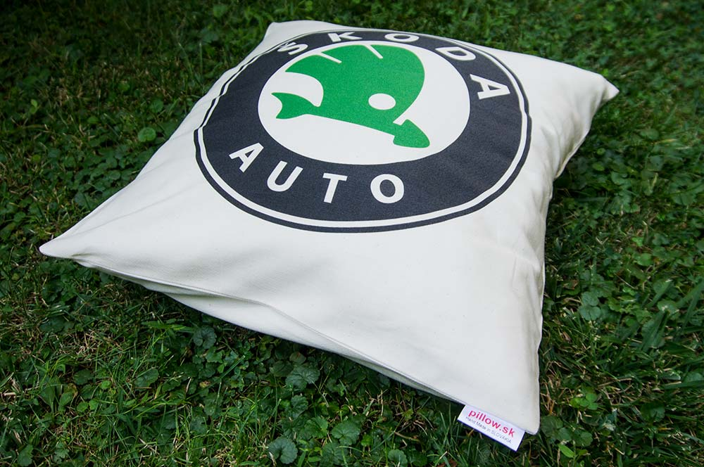Vankúš logom okrídleného šípu Škoda