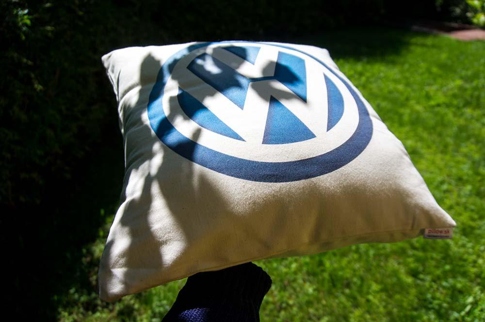 Biely dekoračný vankúšik s logom Volkswagen