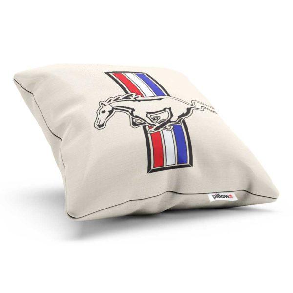 Vankúš s logom legendárnej automobilovej značky Mustang
