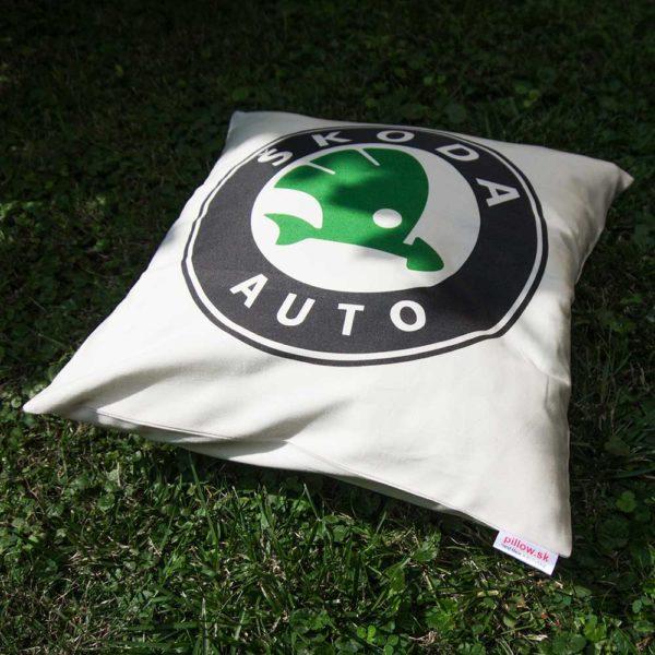 Vankúš s logom automobilovej značky Škoda