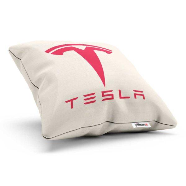 Vankúš s logom kvalitného elektromobilu Tesla