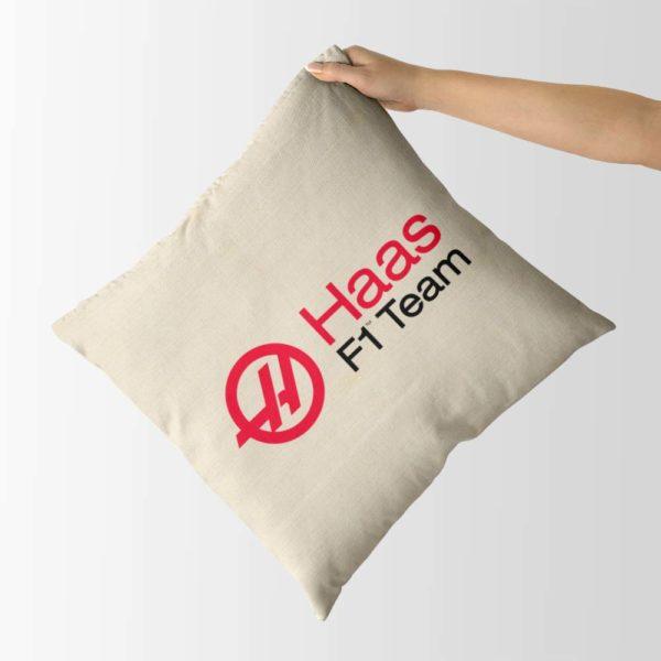 Biely vankúš s logom teamu Haas F1 Team z formuly 1