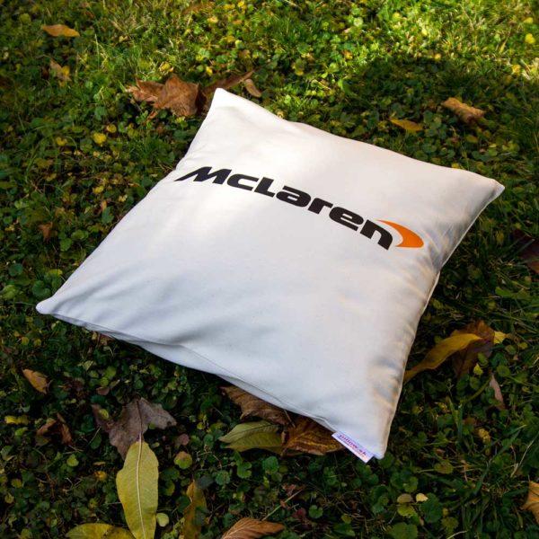 Biely vankúš s logom teamu McLaren F1 Team z formuly 1