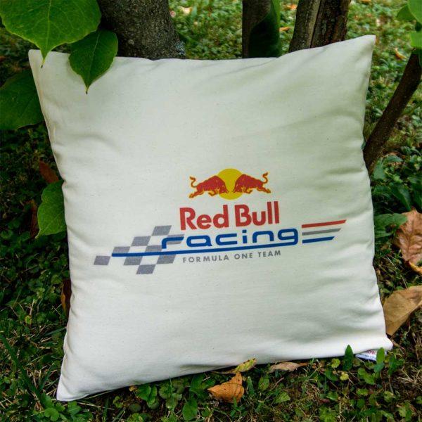 Biely vankúš s logom teamu Red Bull Racing z formuly 1