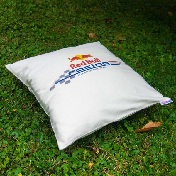 Biely vankúš s logom stajne Red Bull Racing