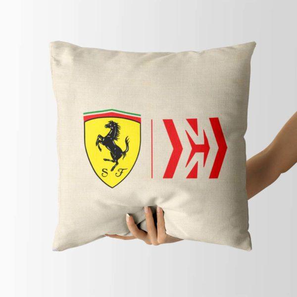 Biely vankúš s logom teamu Scuderia Ferrari z formuly 1