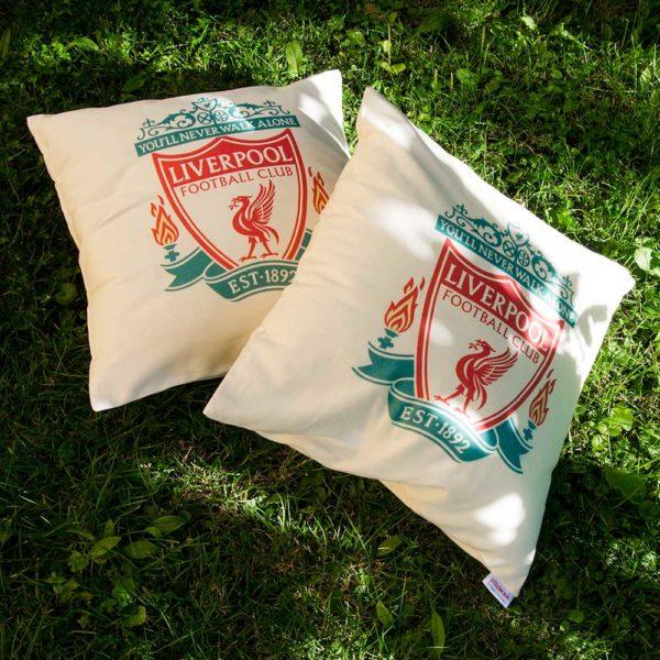 Liverpool FC futbalový klub, farebné logo na vankúši
