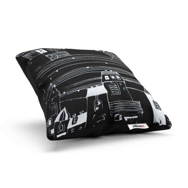 Čierny kreslený vankúšik s rozprávkou Uhádni, kde bývam - z boku