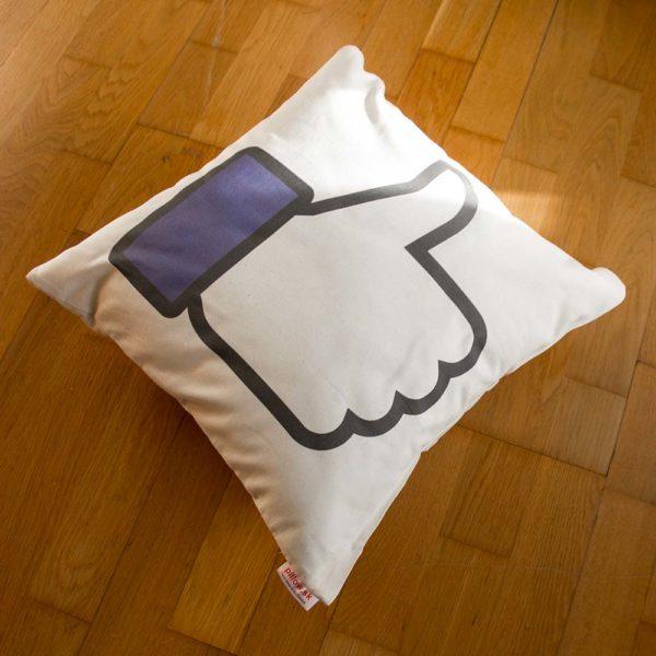 Biely bavlnený vankúšik s modrým logom Facebook Like ktoré každý pozná