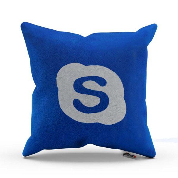 Tmavo modrý originálny dekoračný vankúš s bielym logom Skype na ktorom si aj pospíte
