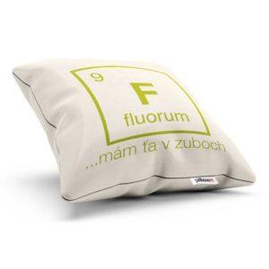 Vankúš chemického prvku fluorum v bielej farbe s nápisom mám ťa v zuboch