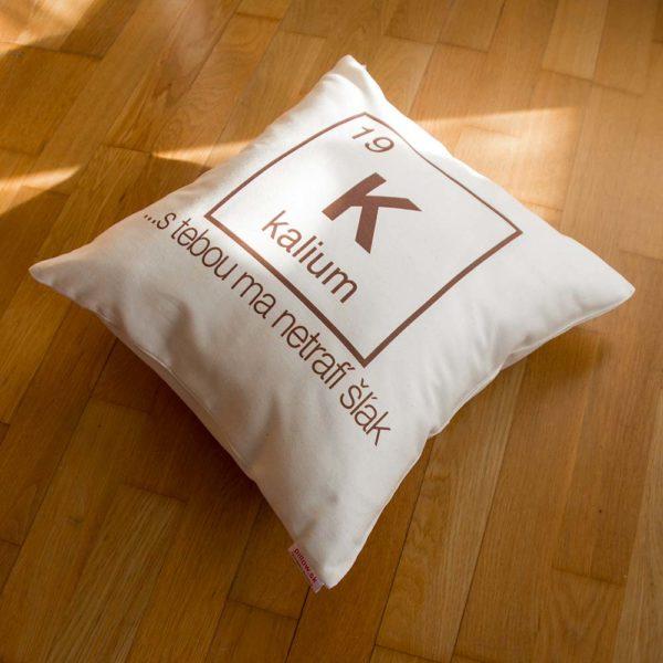 Vankúšik s chemickým prvkom kalium a vtipným odkazom