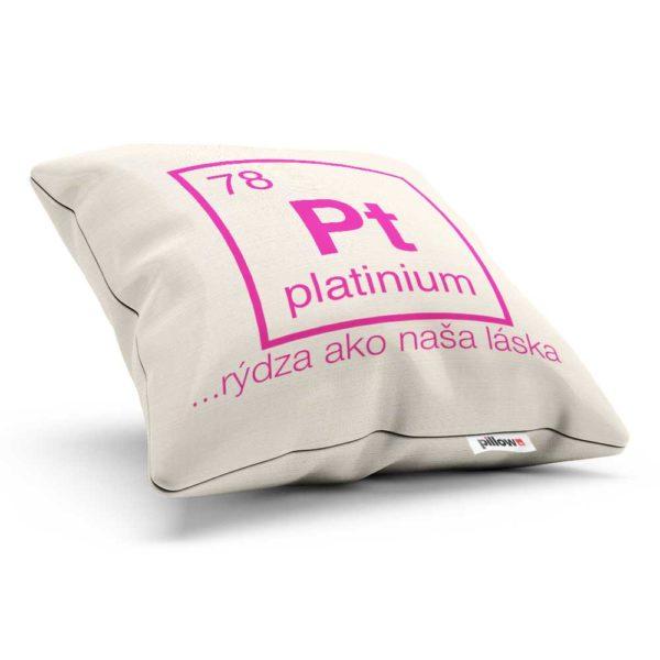 Platinium na dekoračnom vankúšiku s nápisom Pt