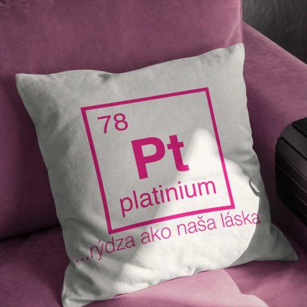 Platinium na dekoračnom vankúši s červeným nápisom