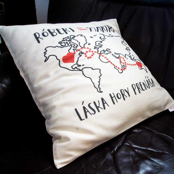 Vankúšik s mapou sveta a odkazom Láska hory prenáša