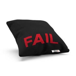 Extravagantný vankúš Fail v čiernej farbe s červeným nápisom je ideálny bytový doplnok