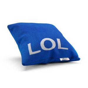 Modrý vankúš LOL z vtipnej série veselých doplnkov prináša dobrú náladu a relax