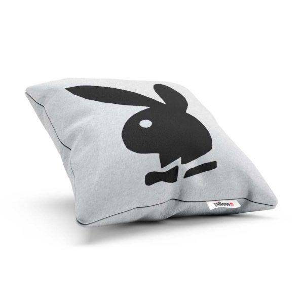 Biely vankúš ušitý z kvalitného fleece s čiernym logom ktoré každý pozná