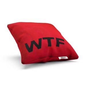 Odvážny vankúš WTF krvavo červenej farbe s čiernym emblémom je originálnym darčekom