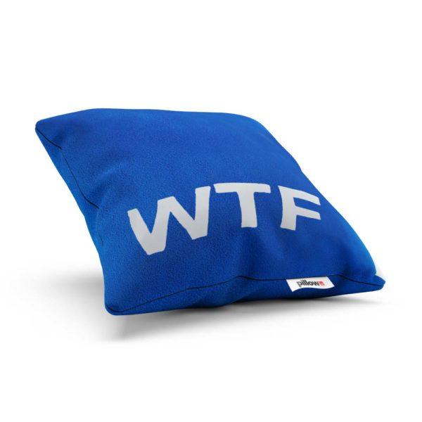 Odvážny vankúš WTF žiarivo modrej farbe s bielym emblémom je originálnym darčekom